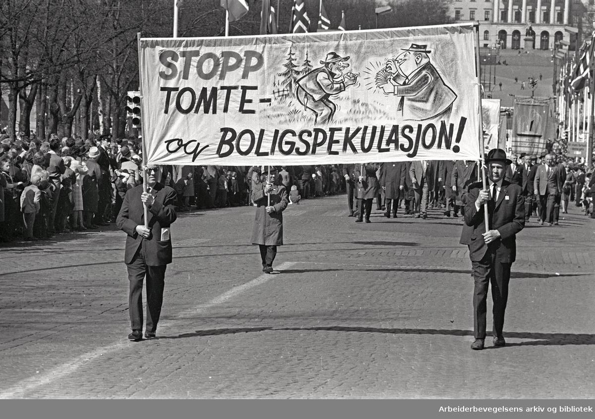 1. mai 1965 i Oslo.Demonstrasjonstoget i Karl Johans gate.Parole: Stopp tomte- og boligspekulasjon!