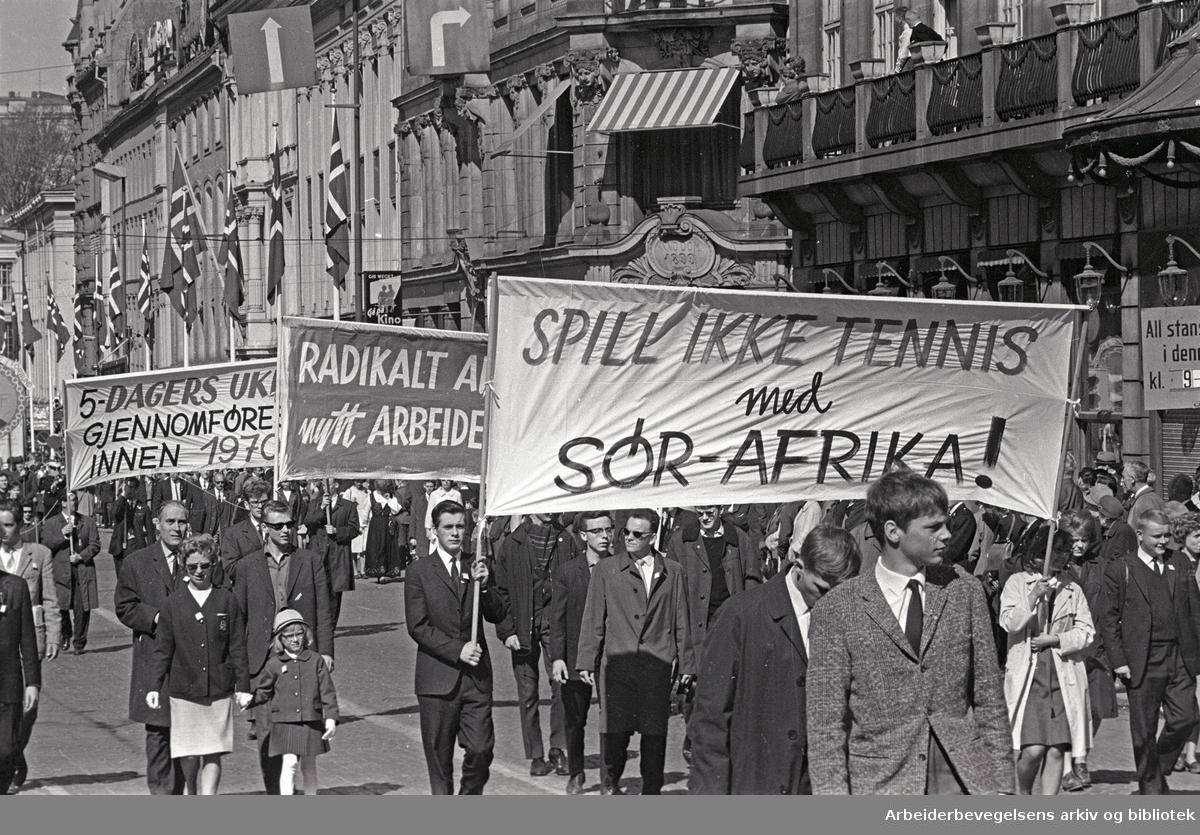 1. mai 1965 i Oslo.Demonstrasjonstoget i Karl Johans gate.Parole: Spill ikke tennis med Sør-Afrika