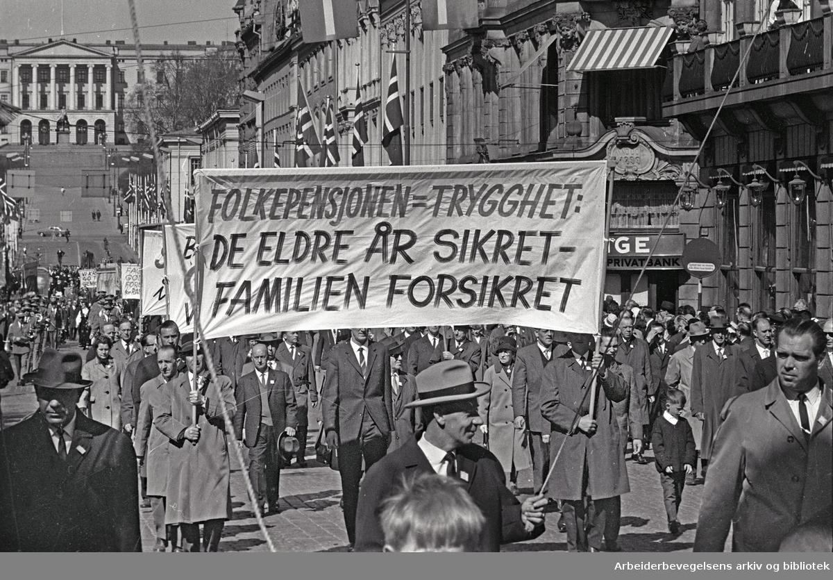 1. mai 1965 i Oslo.Demonstrasjonstoget i Karl Johans gate.Parole: Folkepensjonen = trygghet-.De eldre år sikret - familien forsikret.