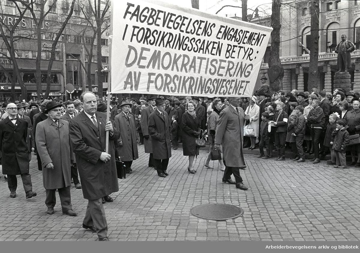 1. mai 1966 i Oslo.Demonstrasjonstoget ved Nationaltheatret.Parole: Fagbevegelsens engasjement i forsikringssaken betyr: Demokratisering av forsikringsvesenet