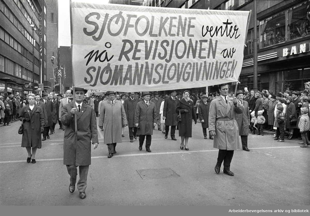 1. mai 1966 i Oslo.Demonstrasjonstoget.Parole: Sjøfolkene venter på revisjonen av sjømannslovgivningen