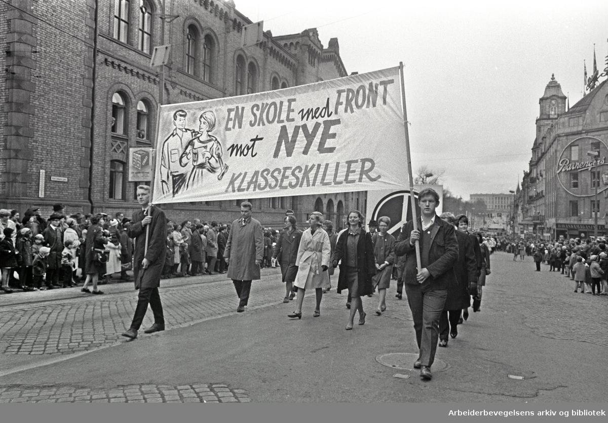 1. mai 1966 i Oslo.Demonstrasjonstoget i Karl Johans gate.Parole: En skole med front mot nye klasseskiller