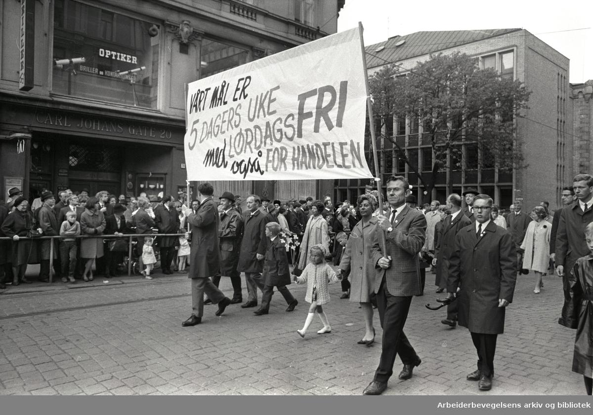 1. mai 1968 i Oslo.Demonstrasjonstoget i Karl Johans gate.Parole: Vårt mål er 5 dagers uke med lørdagsfri også for handelen.
