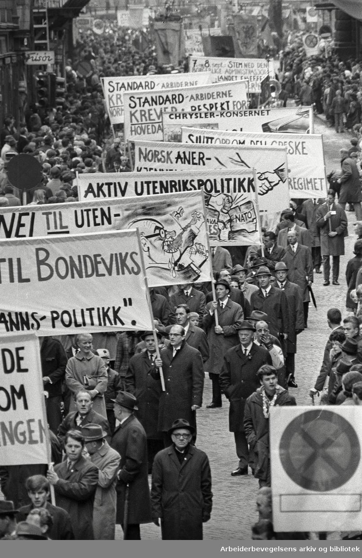 1. mai 1969 i Oslo.Demonstrasjonstoget.Paroler.