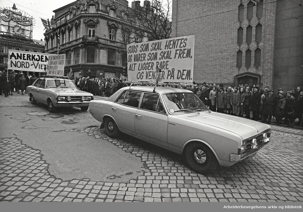 1. mai 1969 i Oslo.Demonstrasjonstoget i Karl Johans gate.Parole: Gods som skal hentes og varer som skal frem,.Alt ligger bare og venter på dem.