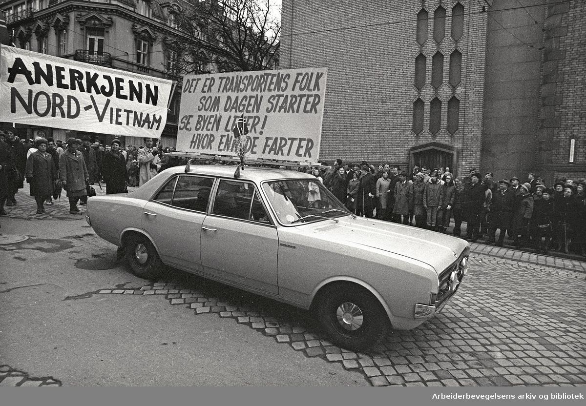 1. mai 1969 i Oslo.Demonstrasjonstoget i Karl Johans gate.Parole: Det er transportens folk som dagen starter.Se byen lever!.hvor enn de farter..