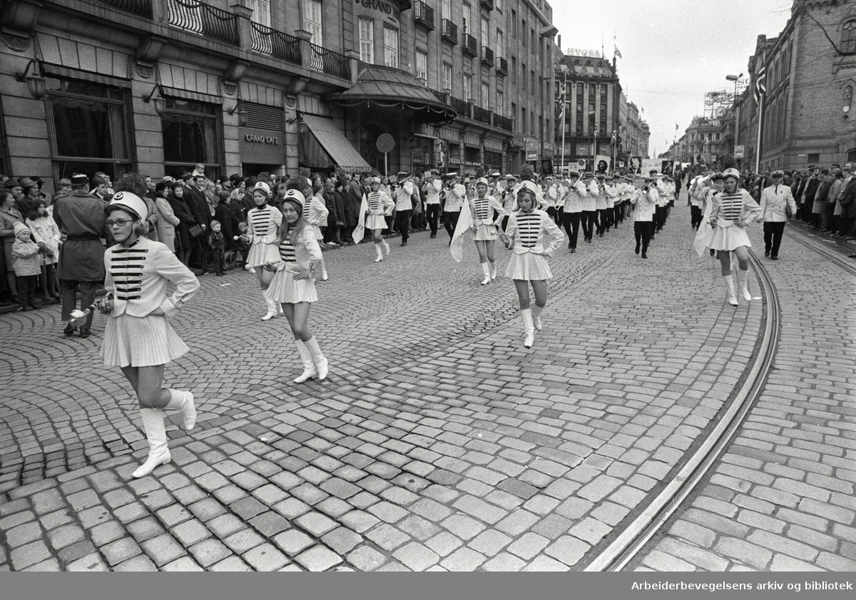 1. mai 1969 i Oslo.Demonstrasjonstoget i Karl Johans gate.Drillpiker Sinsen ungdomskorps