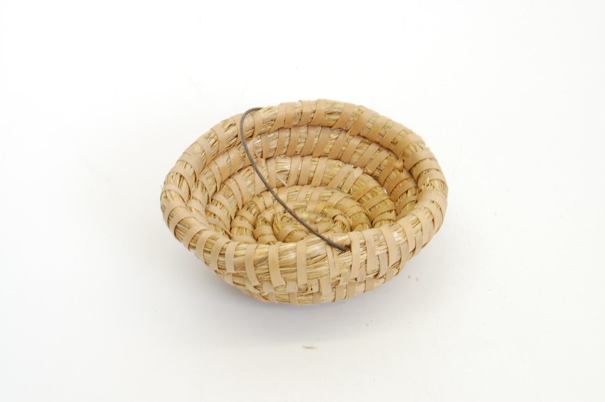 Teknikk: en lang halmpølse danner en spiral fra bunn til topp, og henger sammen fordi den er sydd med smale halmbånd. ståltråd som hank. Form: skålform, rund