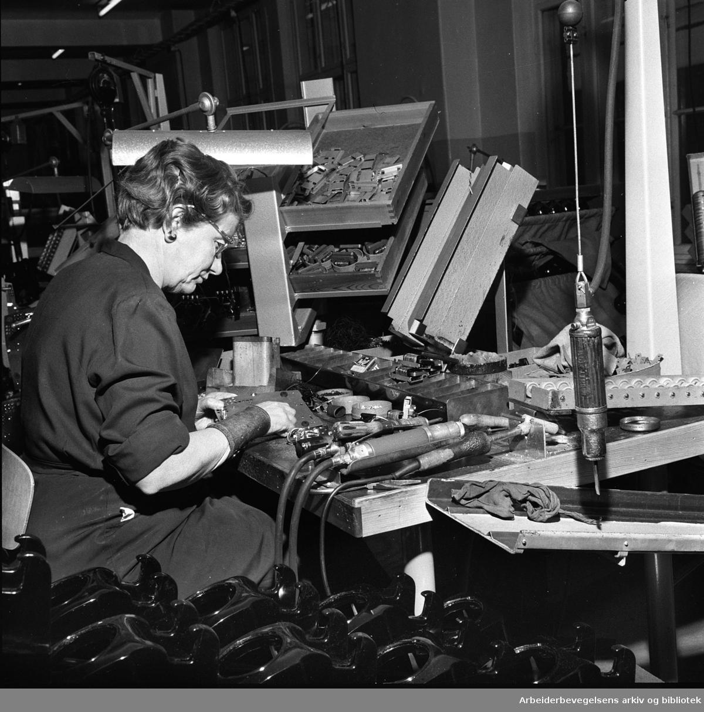 Elektrisk Bureau.Produksjon av telefonapparater.februar 1961