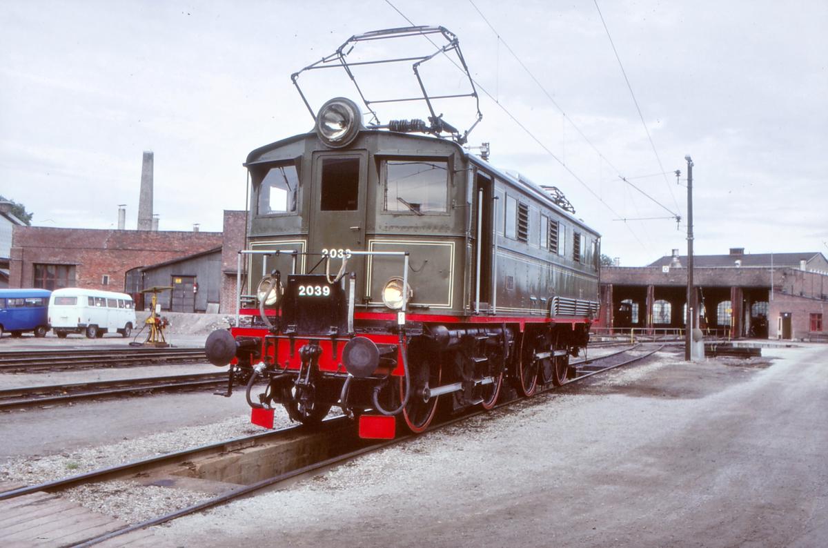 NSB elektrisk lokomotiv El 5 2039 ved lokomotivstallen på Hamar. Museumslokomotiv bevart av Norsk Teknisk Museum.