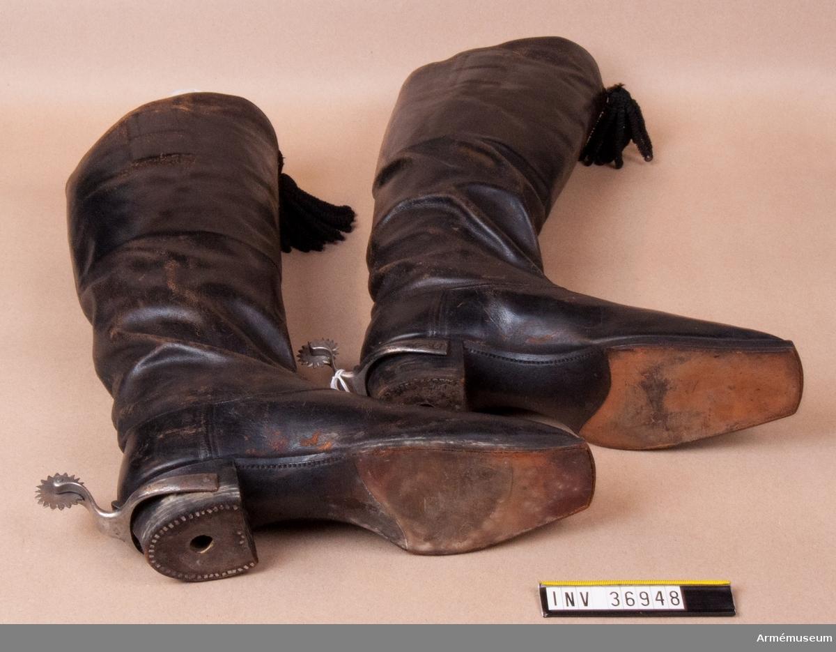 Grupp C I. Ridstövlar, med toffsar. Ur uniform för officer vid Västgöta linjedragonregemente. 1806-11. Består av mössa, vapenplåt, kordong, jacka, ridbyxor, halsduk, kartusch, rem, sabelkoppel, handrem, taska, remmar, epåletter, skärp, kraghandskar, stövlar, sporrar.