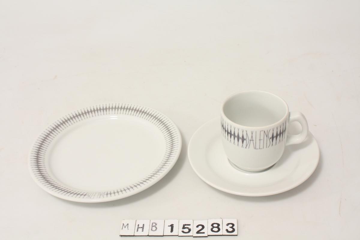 Kaffeservise, ett sett: kopp, skål og asjett. Hvitt porselen med geometrisk liknende mønster i grønt.