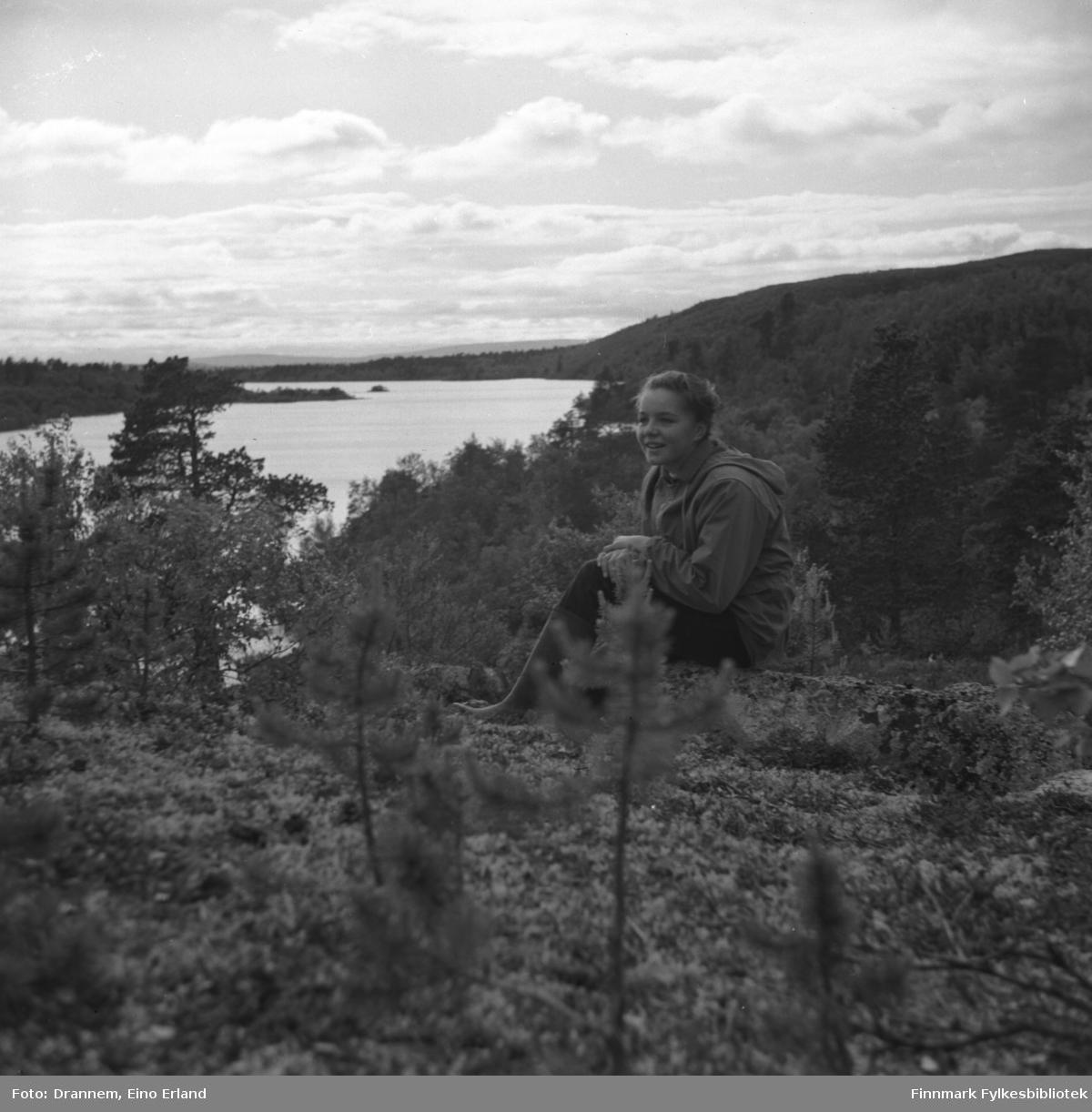 Portrett av Maija Hoikka (født Gerasemoff), Luolajärvi i bakgrunn