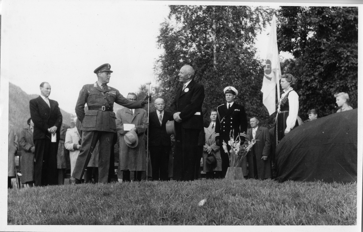 Avduking av minnesteinen i Kviteseid, Karsten Baardseth, Kronprins Olav.