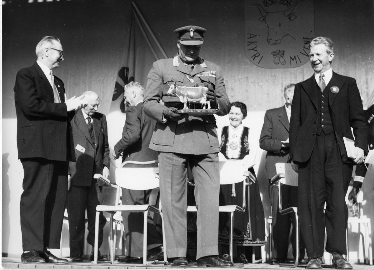 Kronprins Olav får utskoren telemarksku som minne frå Seljord.