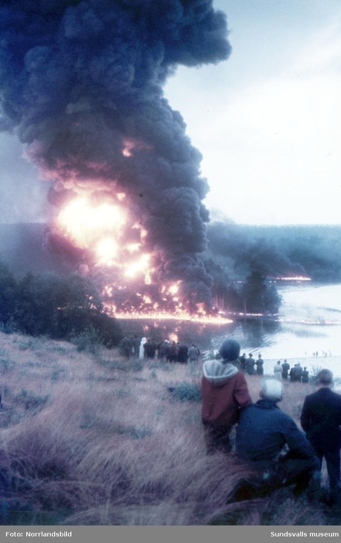 Bränning av olja vid Lörudden efter den norska oljetankern Gogstad som strandade och bröts sönder vid Bremö kalv den 1 december 1964.