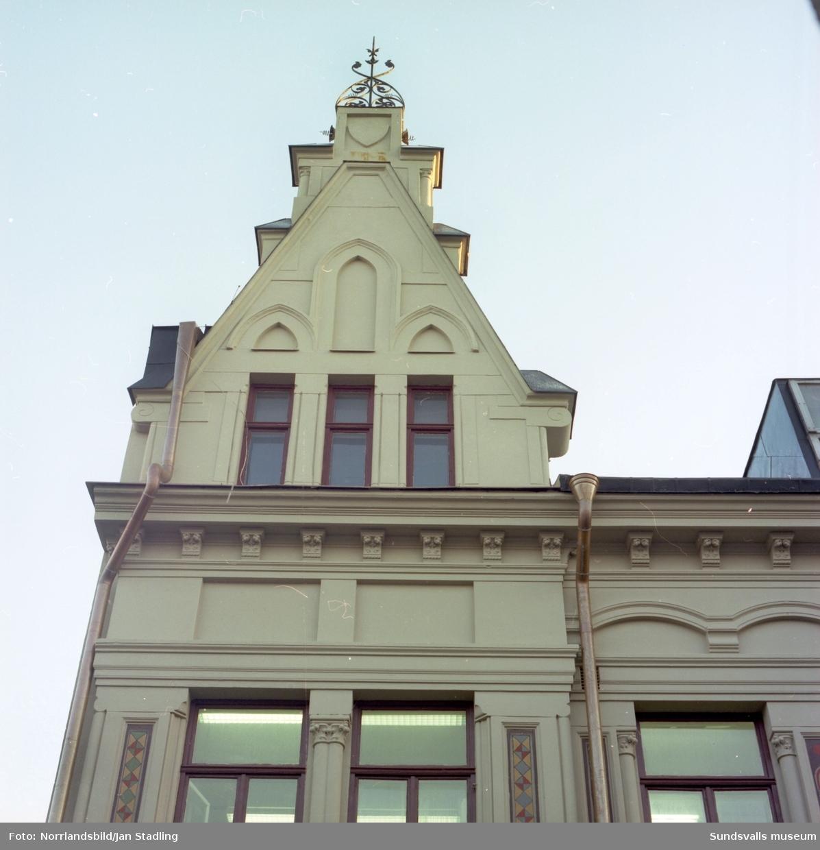 Exteriörbilder av fasad- och byggnadsdetaljer på fastigheten vid Storgatan 12-Nybrogatan (Flottningsföreningens hus).