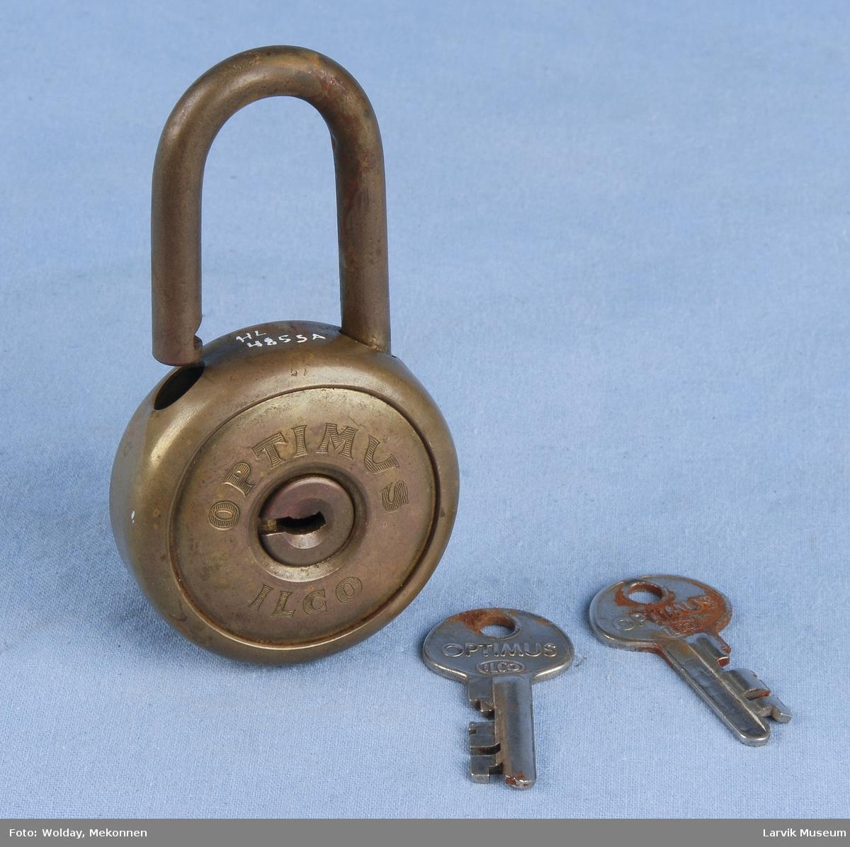 Form: Rund, flat på hver side. Nøkkelhull i midten. Bøyle på oversiden. Denne er til å lukke/åpne.