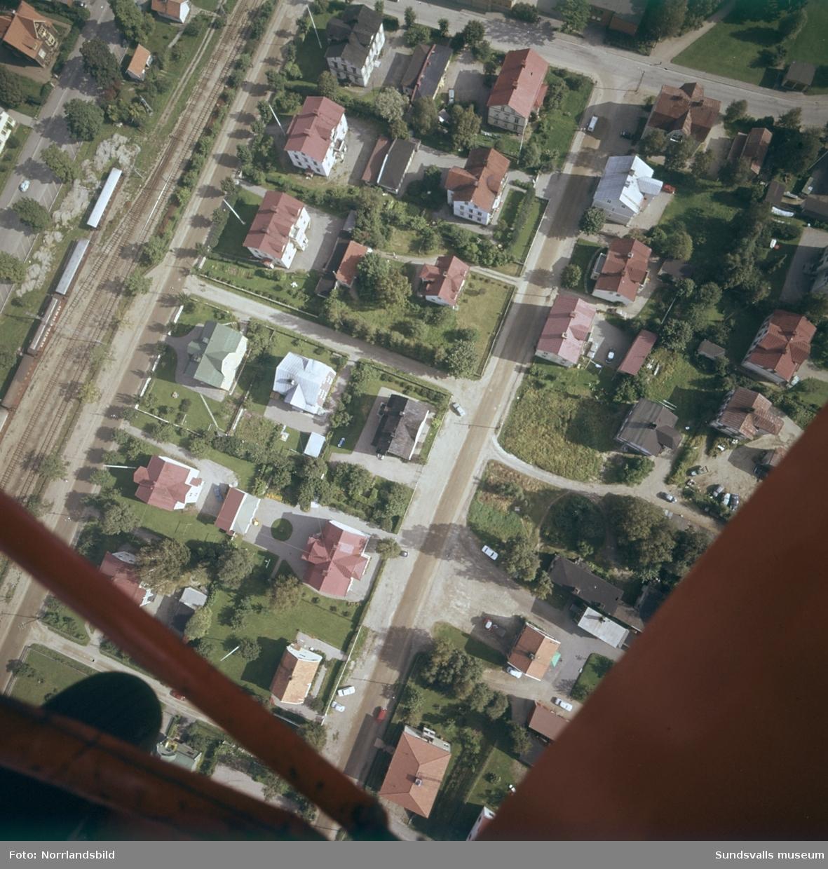 Flygfoto nästan rakt uppifrån över hela kvarterat Måsen samt delar av de omgivande kvarteren Jungfrun, Tjädern och Juden väster om GA-skolan. Hela Måsen och Jungfrun samt delar av Tjädern och Juden är numera (2015) rivna och på platsen finns kontorsbyggnader och parkering.
