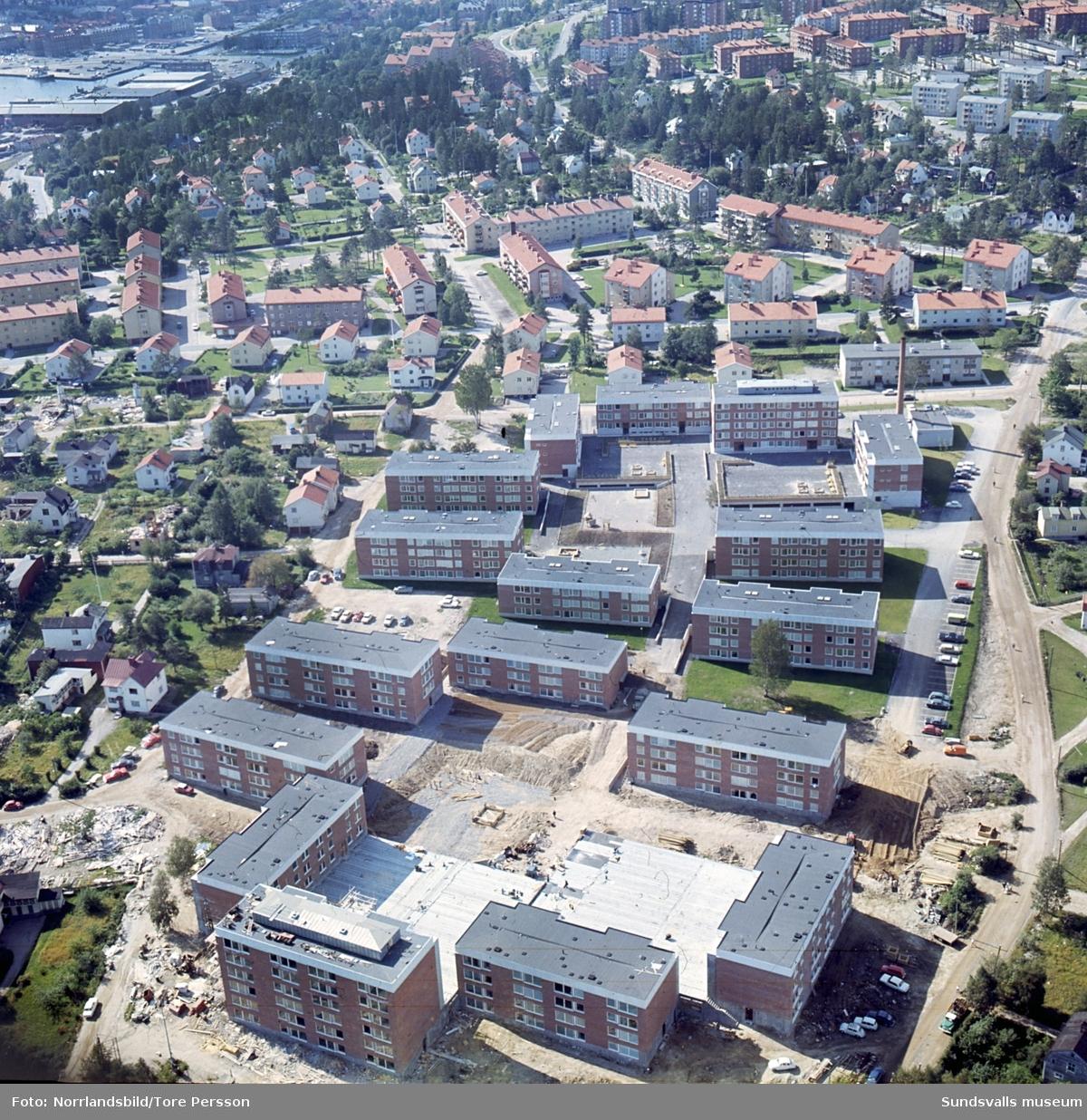 Flygfoton över nybyggen av bostadsområdena vid Riddargatan och Basgränd i västa Skönsberg.