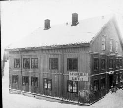 """Stor trebygning - """"læseværelse for sjøfolk"""", gamle rådstueby"""