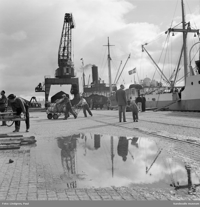 En serie bilder med motiv från Sundsvalls hamn. Lastning av båtar, båttrafik etc.