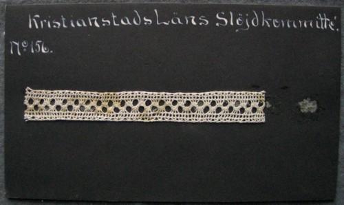 Kristianstads läns hemslöjdskommitté No 156.11,3 x 1,4 cm. Lysraden.