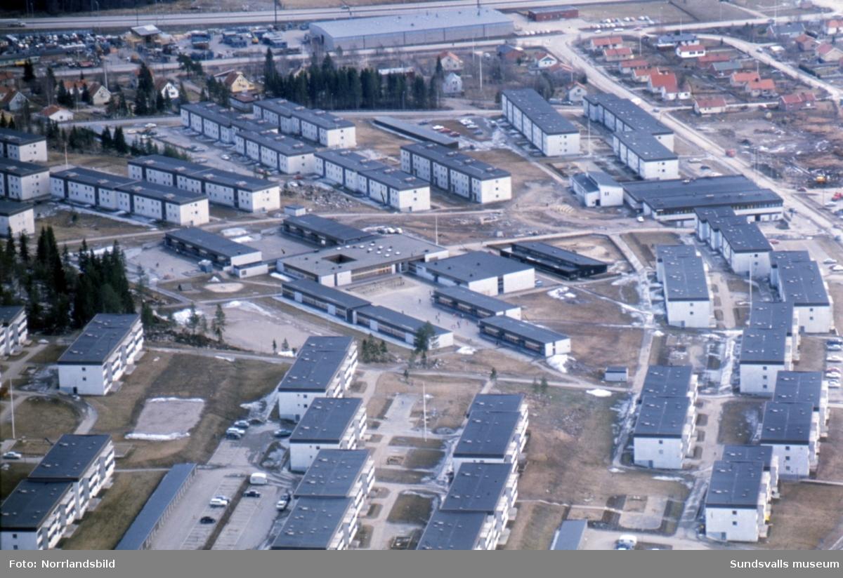 Flygfoto över Bosvedjans skola med omgivande bebyggelse.