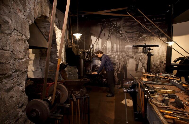 Bildet viser en mann i industrihistorisk utstilling på museet. (Foto/Photo)