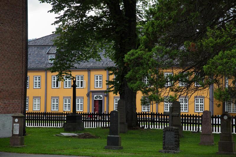 Bergseminaret sett fra kirkegården (Foto/Photo)