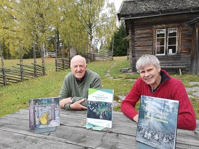 Yngve Asstrup og Bjørn Bækkelund avbildet foran skogvokterboligen på Norsk skogmuseum.. Foto/Photo