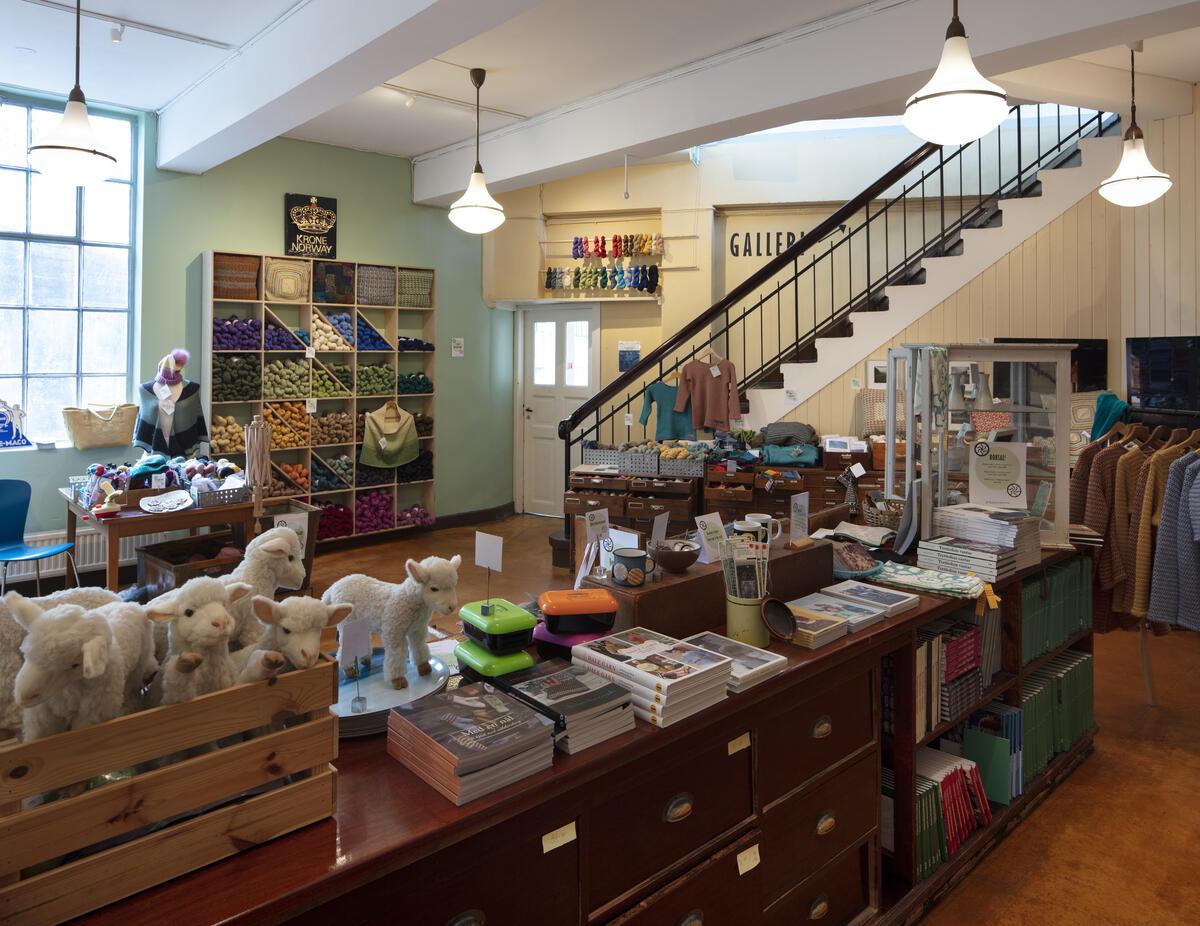 Butikklokale med kosedyr, bøker og anna (Foto/Photo)