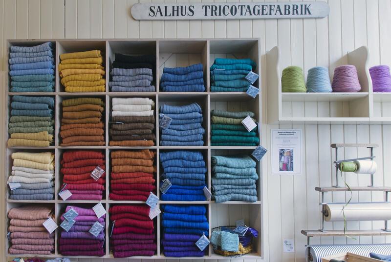 butikklokale, hylle med fargerike ullskjerf og gåvepapir (Foto/Photo)
