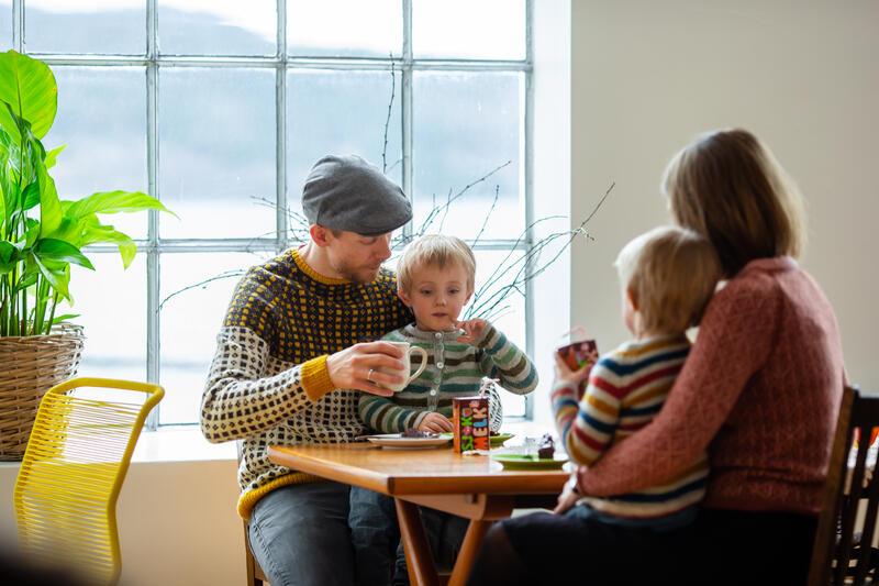 familie med barn i kafélokale (Foto/Photo)