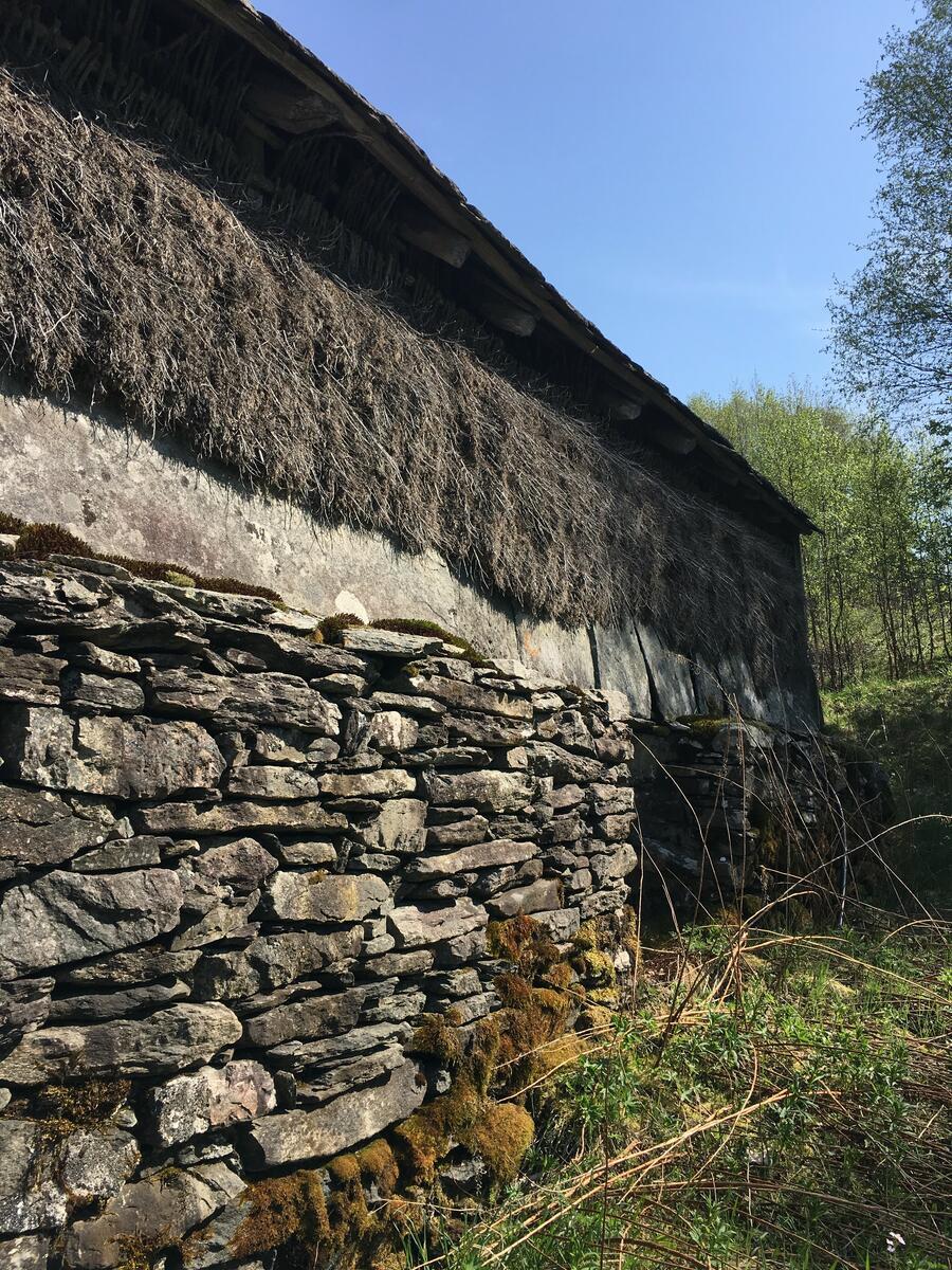 bygning med steinmur og brakekledning (Foto/Photo)