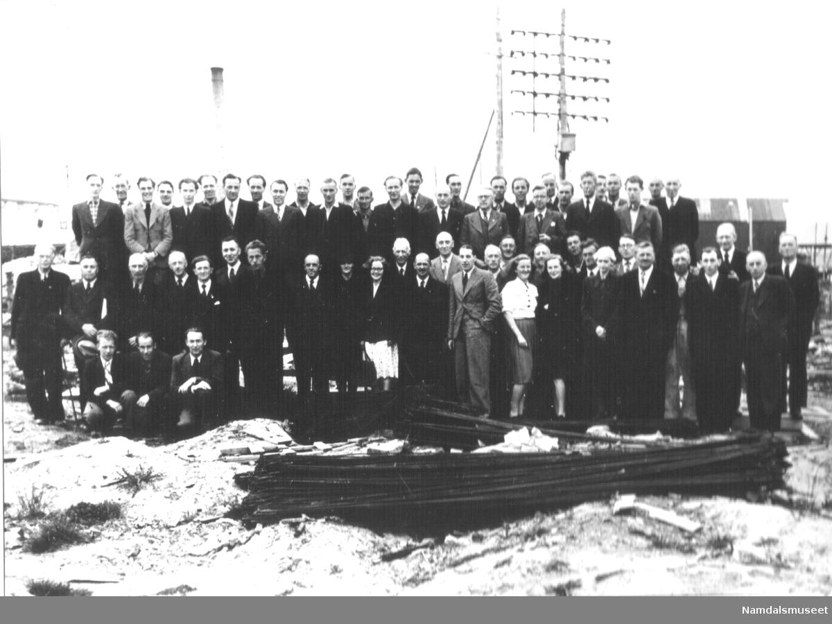 En større forsamling utenfor et sagbruk. Motivet kan være et bilde av hjemvendte krigsfanger fra Namsos.