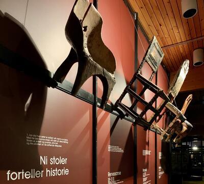 Stoler som henger på veggen i den stilhistoriske utstillingen Form på Glomdalsmuseet. Foto/Photo