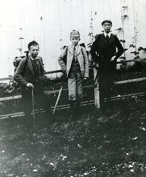 Gruppebilde av; John Bjørneby (15 år)  fra venstre (1878 -