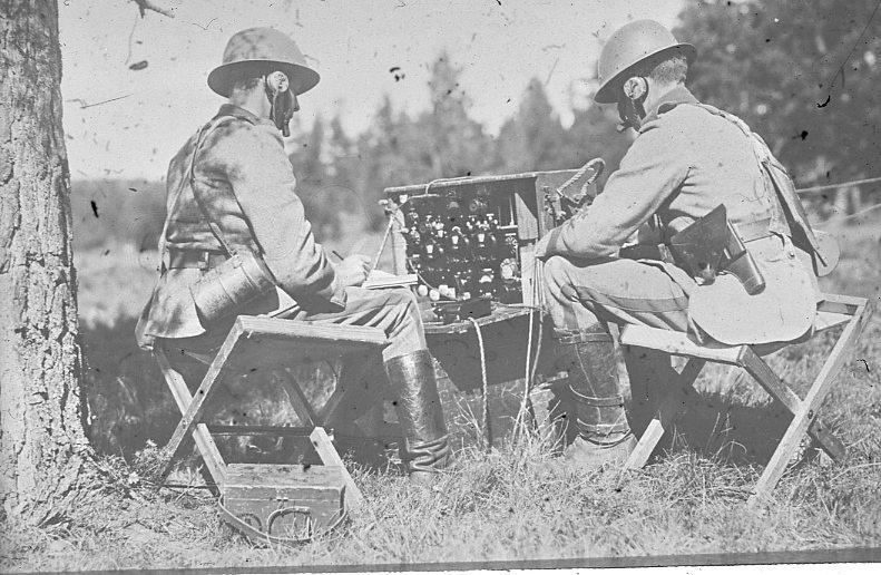 Radiostation, 10 watt. A 6. Längst till höger: volontär Larm.