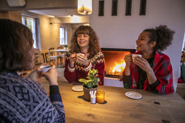 Tre damer drikker kaffe i Kafé Arkadia (Foto/Photo)