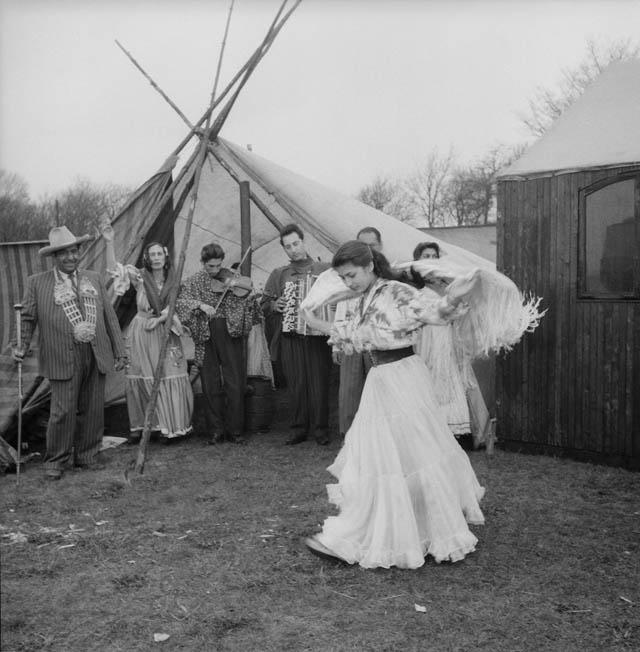 Zigenare underhåller vid Vårfest på halvmånen. Zigenerska dansar ackompanjerad av fiol och dragspel