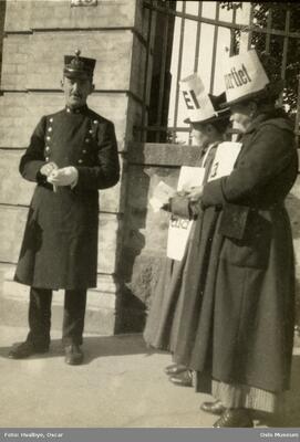 Folkeavstemning for ud. Foto/Photo