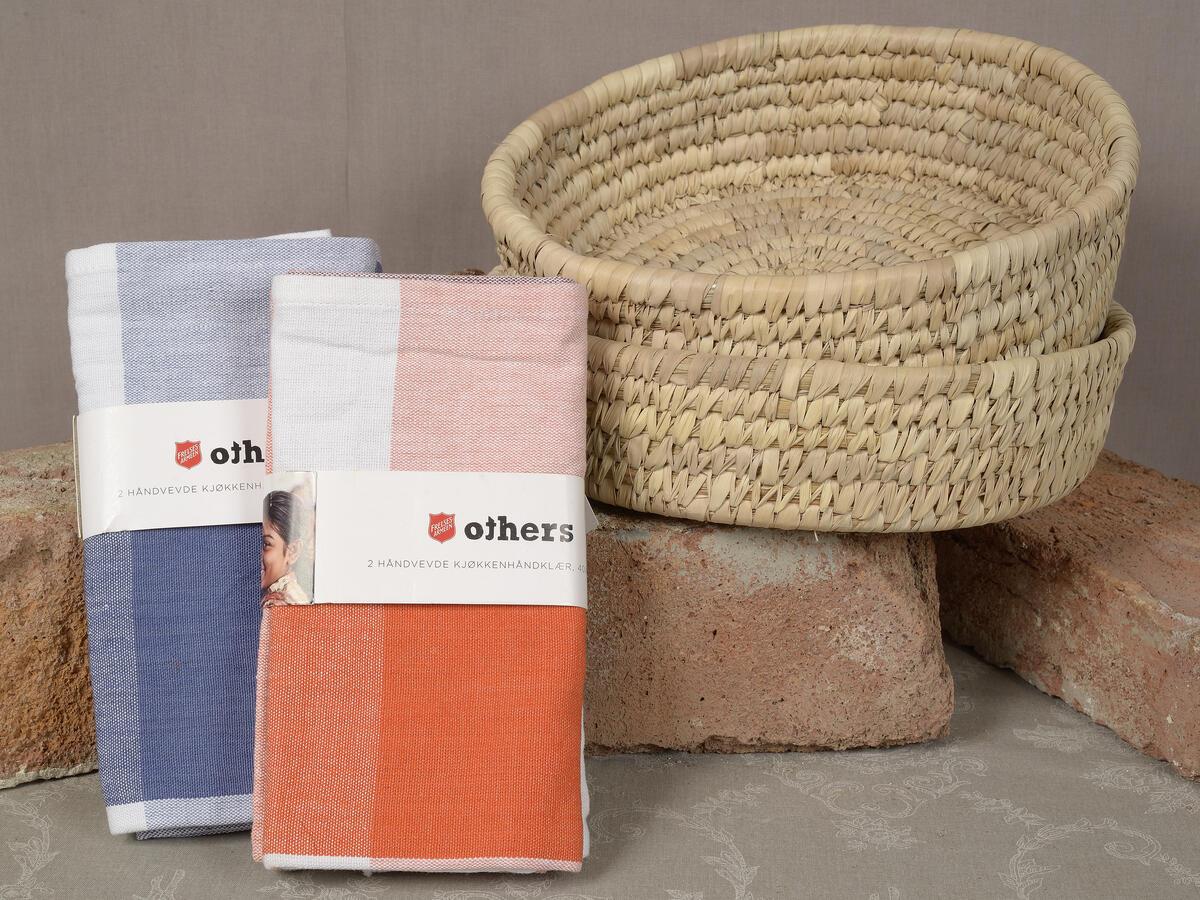 Deilige kjøkkenhåndkler fra Others (2 stk. i pakken) kr. 150 og brødkurv kr. 150,- (Foto/Photo)