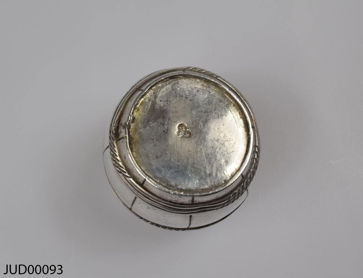 Silverbägare, tillverkad i form av en tunna.