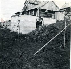 Haugen, bygging av nytt fjøs, her ser me murane. ca 1942.