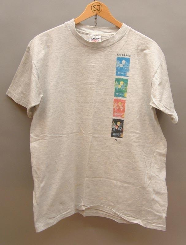 """Gråmelerad t-shirt med texten """"BIO PÅ Tåg"""" Fyra bilder, blå, grön, röd, och svart med barn på tågresa.  Storlek XL 46-48.  Modell/Fabrikat/typ: Oneita Power-T"""