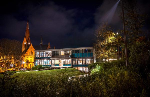 <p>Haugesund Folkebibliotek befinner seg midt i hjertet av Haugesund sentrum i et smykke av et arkitektbygg tegnet av David Sandved. Bygget er fredet av Riksantikvaren, og er en møteplass for hele byens befolkning.</p>