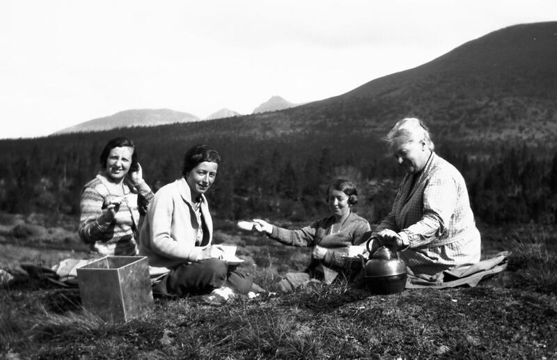 Turister tar seg en kafferast i fjellet, Misterdalen, Rendalen, ca. 1930-35. Foto: Anno Musea i Nord-Østerdalen. (Foto/Photo)