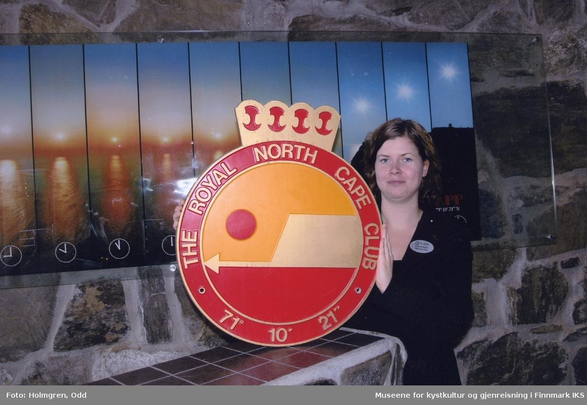 Nordkapphallen. En ansatt med logoen til The Royal North Cape Club. Sommeren 2013.