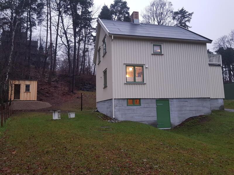 Smia ligger oppe i bakken til venstre for bolighuset. (Foto/Photo)